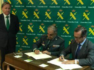 Firma del convenio para la instalación de desfibriladores en los cuarteles de la Guardia Civil en la Comunitat Valenciana