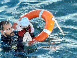 """El guardia civil que rescató un bebé en el mar: """"Estaba helado, frío, no gesticulaba"""""""