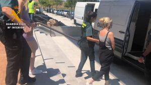La Guardia Civil desmantela una red criminal que estafó a casi 600 personas dependientes o de edad avanzada en toda España