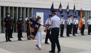 La delegada del Gobierno preside la ceremonia de entrega de cinco guiones, cortesía de la FNHGC, a la Policía Nacional de Cataluña