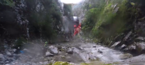 La pericia de los pilotos del helicóptero y la profesionalidad de los GREIM permiten un rescate «imposible» en el cañón del Cares