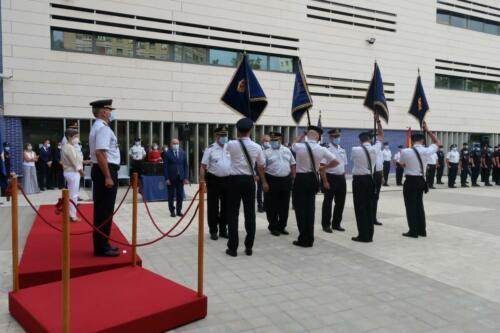 La delegada del Gobierno y el jefe superior de Policía han presidido la ceremonia de entrega al Cuerpo Nacional de Policía de cinco Guiones, cortesía de la FNHGC, para su uso en actos oficiales y protocolarios (7 de septiembre de 2021)